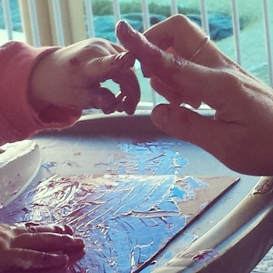 Sharing paint with tiny fingers💚